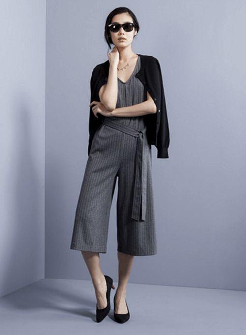 きれい目なカットソー素材を使用したガイちょコンビネゾン。ウエストもゆったり着れるのでおすすめ♪アラフォー(40代)女性におすすめのワイドパンツの着こなし♪