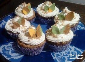 Cupcakes de canela y miel decorado con crujiente de almendra y otoñales hojas de fondant