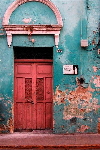 architecture caraïbe : porte rose, mur bleu, Cuba, extérieur