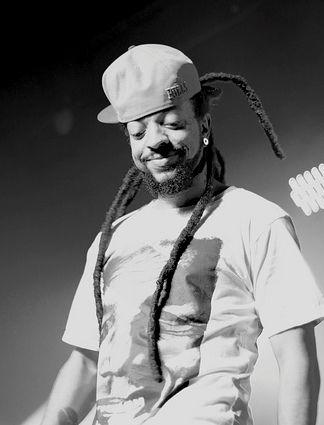 O artista que mistura rap com Dub, MPB e Jazz, tem parcerias com Kamau e Emicida.