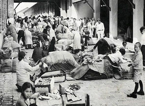 Até 1941, cerca de 190 000 imigrantes japoneses já haviam desembarcado em portos brasileiros. Muitos seguiam para São Paulo antes mesmo de saber seu futuro local de trabalho. Ao chegarem à Hospedaria de Imigrantes, na Mooca, passavam por inspeção alfandegária e aguardavam ser contratados para as lavouras de café do interior paulista.