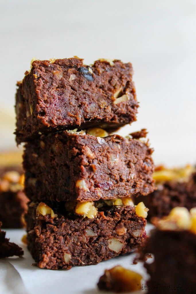Eiwitrijke zwarte bonenbrownies. Zonder suiker of meel maar mét dadels en zwarte bonen. Een makkelijk recept voor een gezond tussendoortje :) | It's a Food Life