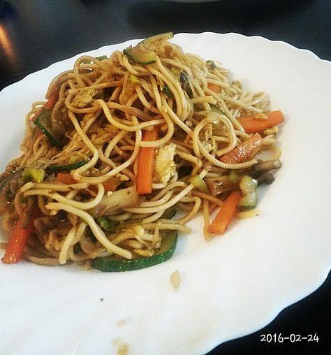 Chinesisch gebratene Nudeln mit Hühnchenfleisch, Ei und Gemüse 6