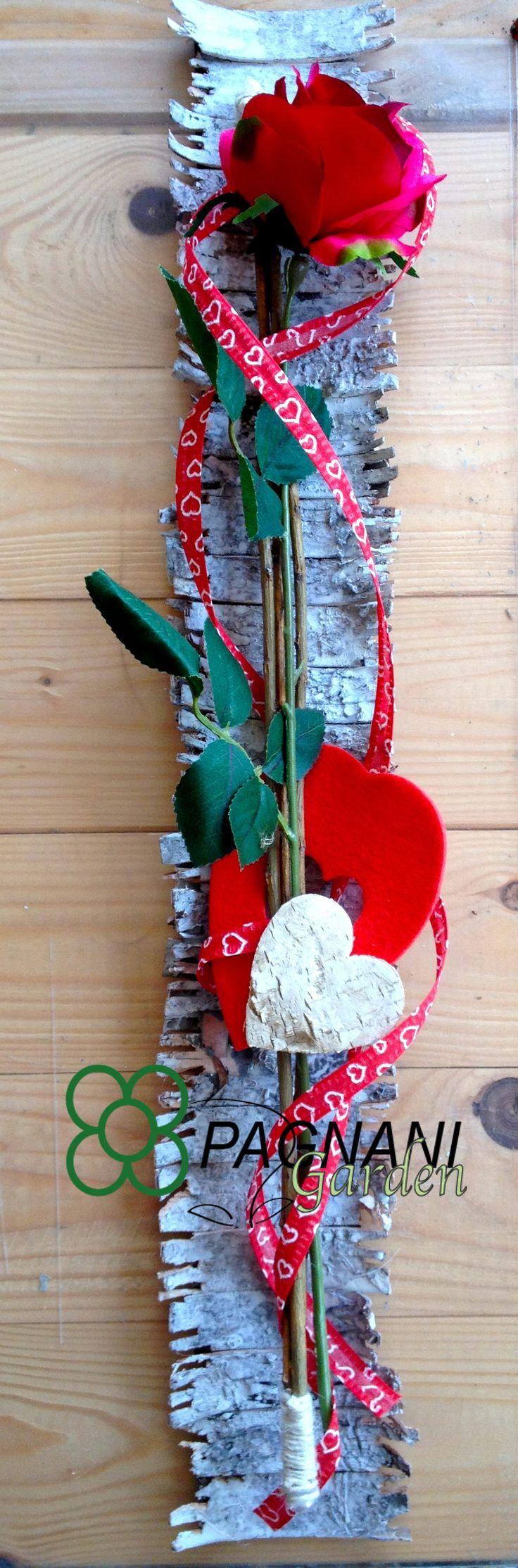 Rosa singola ideale per San Valentino impreziosita da una base di betulla.