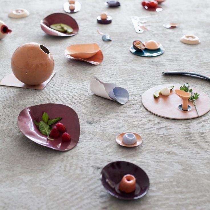 Roxanne Brennen, absolwentka Design Academy Eindhoven, zaprojektowała zastawę, która zachęca do jedzenia. W jaki sposób? Jej kształty przyczyniają się do uruchomienia tej samej aktywności mózgu, co łóżkowa gra wstępna… http://exumag.com/dining-toys-jedzenia-rownie-przyjemne-jak-seks/