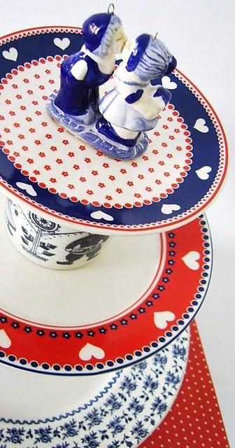 Etagère van rood-wit-blauw servies