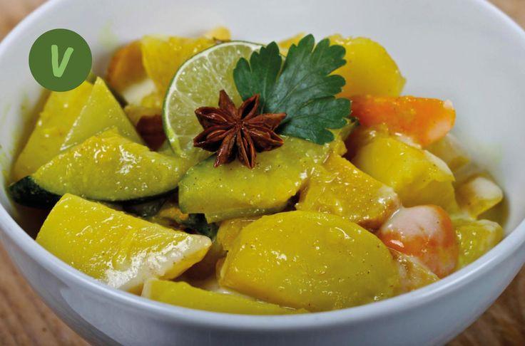 Das Massaman Curry ist eigentlich nicht ursprünglich Thai, sondern eine Interpretation eines persischen Gerichts, das mit einem Persischen Scheich im 17. Jahrhundert in die Königsstadt Ayutthaya gebracht wurde. Es gibt sogar ein Gedicht darüber, der Königin Sri Suriyendra gewidmet, das in der letzten Strophe aussagt, dass jeder, der ihr Curry gegessen hat, sich nach der Köchin sehnen wird...