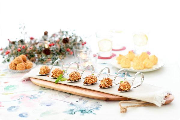 Bolas de queso azul y frutos secos, con miel