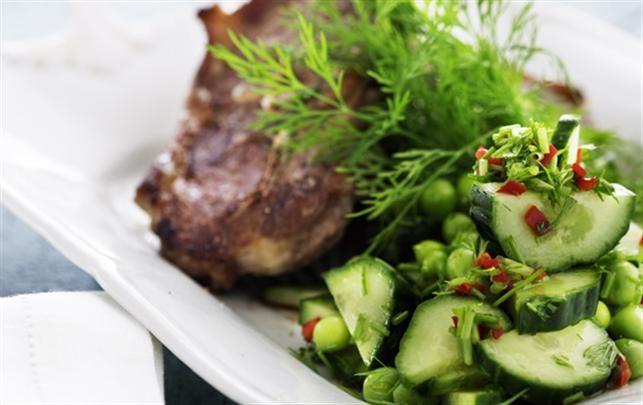 Lammekoteletter med salat, agurker, chili, dild