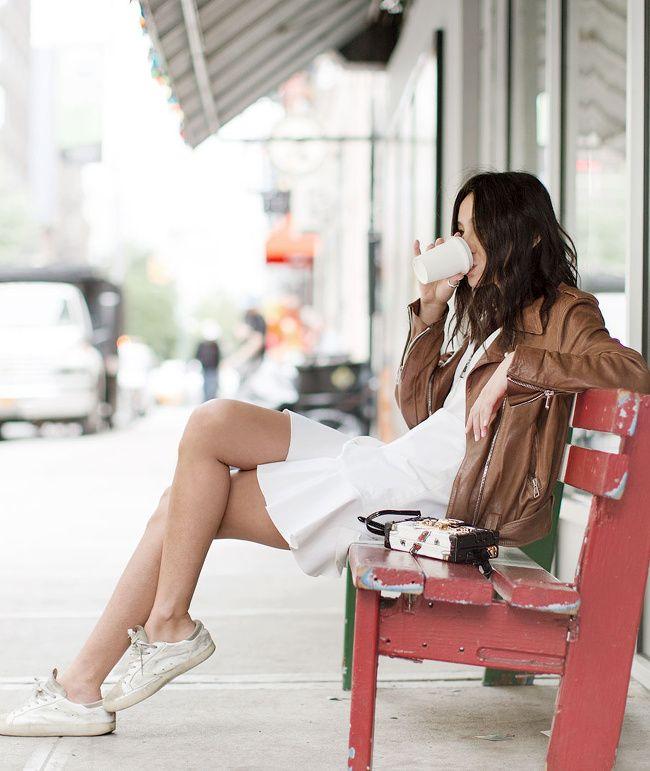 Rien de tel qu'un blouson en cuir tabac pour réchauffer le duo baskets/robe blanche (blog Garance Doré)