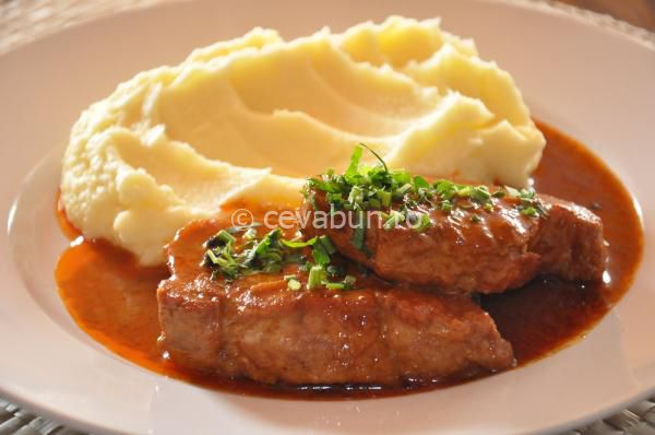 Cotlet de porc cu boia la tigaie: cum se face. Reteta friptura de porc cu boia si usturoi la tigaie. Retete unguresti din carne de porc.