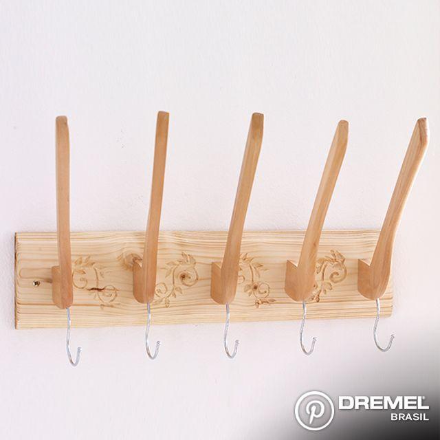 Materiais:  -   Dremel Saw-Max + disco SM500. -   Dremel Microrretífica + acessórios. -   5 cabides de madeira. -   Tábua de madeira (aproximadamente 0,5m x 0,15m).