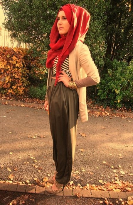 Red scarf worn right