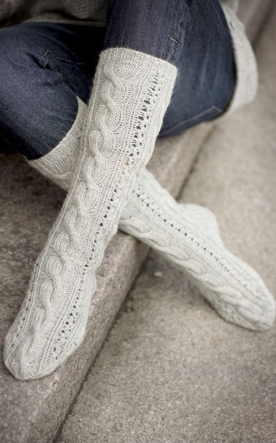 Cable Socks Pattern [These look soooo comfy!]
