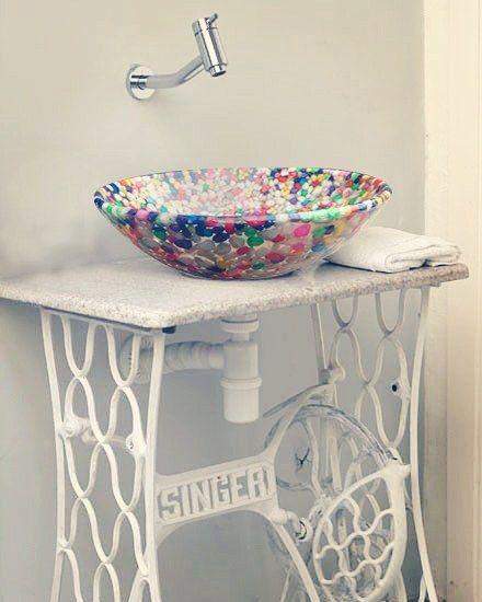 Bacha artesanal de resina con incrustaciones de piedritas multicolor