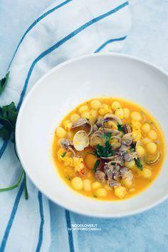 Un primo piatto gourmet e incredibilmente saporito! Gnocchi ai frutti di mare e gamberi con guazzetto allo zafferano. Deliziosi ed eleganti