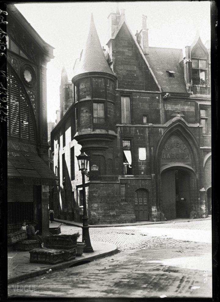 Agence photographique Rol, Paris : Hôtel de Sens, au carrefour des rues du Fauconnier, du Figuier et de l'Ave-Maria. Paris, IVe arrondissement. 1911.