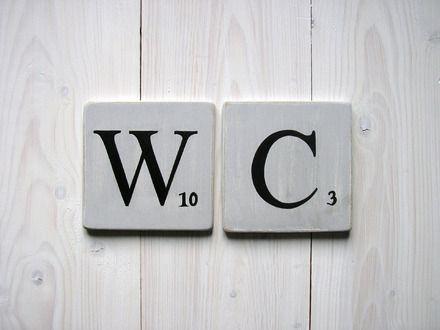 Réservé: Deux lettres décoratives en bois patiné recto et verso, façon scrabble . Format des carrés :10 x 10 cm , couleur gris souris et lettres en noir , pour former le mot  - 7729521