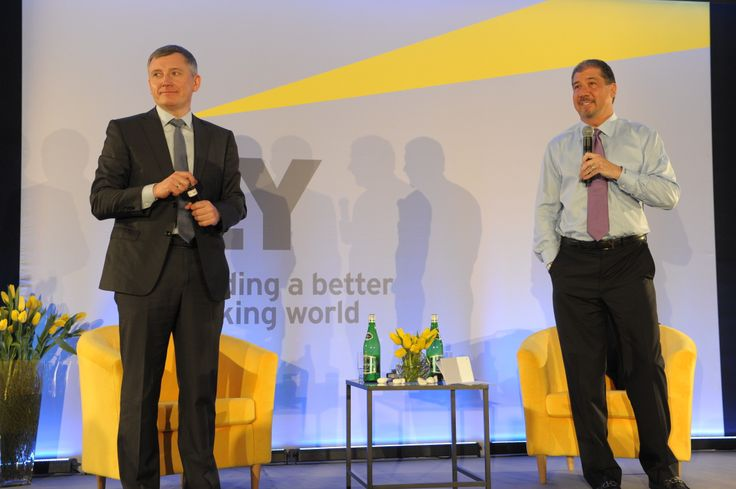 Jacek Kędzior, Partner Zarządzający EY w Polsce i Mark Weinberger, Globalny Prezes EY w trakcie spotkania z pracownikami firmy.