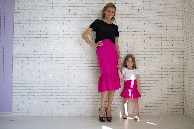 Прямая юбка с воланом из фактурного хлопка.