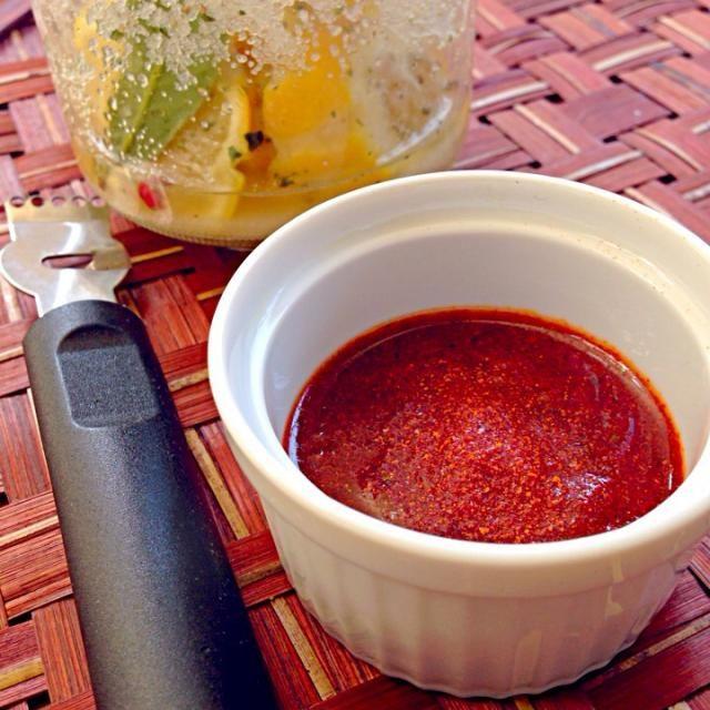 モロッコでよく使われるスパイスは、クミンやコリアンダー、サフラン、唐辛子、乾燥ショウガ、シナモンなど。これにハリッサ(Harissa)が調味料として活躍しています。ということで作ってみました ハリサはフランス語で「アリッサ」とも呼ばれる、唐辛子のペースト。キャラウェイやコリアンダーといった香辛料が入っているので、奥行きのある辛さ。 -クスクスのソースに混ぜる。クスクスに添える。  -エキストラバージンオリーブオイルとあわせて、薄切りのフランスパンに塗る。(チュニジア風前菜) -オリーブオイルと混ぜて、魚や鶏肉、羊肉などをマリネ。スパイシーなグリルに。(チュニジア風 - 38件のもぐもぐ - Harissaハリッサ Preserved Lemonプリザーブド・レモン by Ami