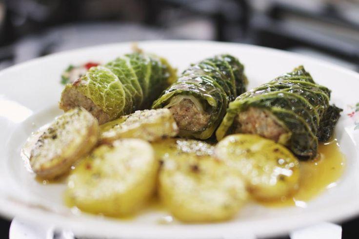 Voor wie het nog niet wilde geloven: gehakt is echt wel een van de meest veelzijdige ingrediënten. Met een groene kool als inpakpapier zet je zonder veel moeite een heel aantrekkelijk en smakelijk gerechtje op de tafel.