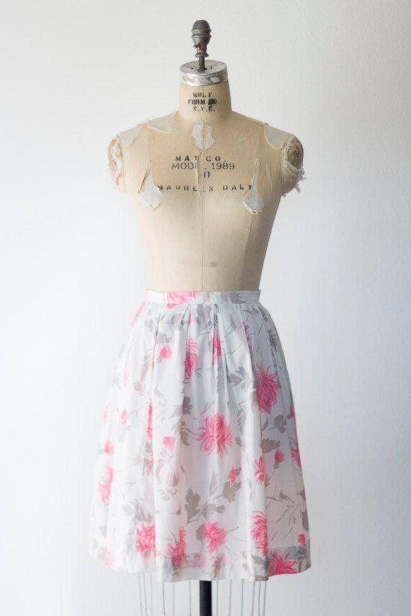 Een grijs en kauwgom roze bloemenprint siert dit schattig, geplooide, a-lijn rok uit de jaren 1950. Kant metalen rits en knoop sluiting. Valt net