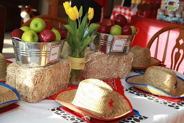 Decoração de mesa...Farms Birthday, Parties Hats, Birthday Parties, Hay Bales, Farms Parties, Parties Ideas, Barnyard Bash, Cowboy Hats, Birthday Ideas