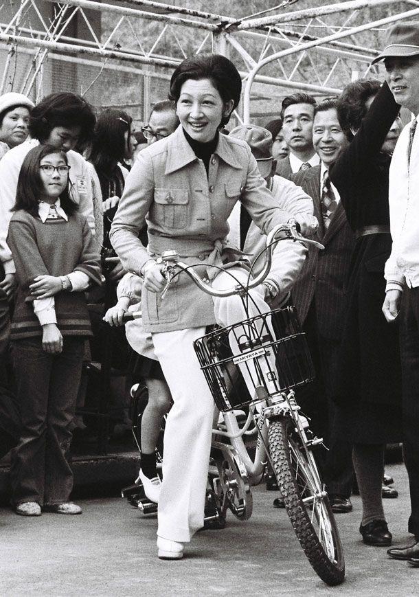 1976年3月、学習院幼稚園の卒業遠足で紀宮さまと自転車に乗る。横浜市の「こどもの国」で