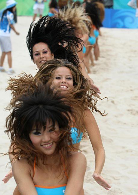 北京五輪のビーチバレーの会場で、ダン…:頑張リオ 五輪チアリーダー 写真特集 - リオ五輪・パラリンピック 2016:時事ドットコム
