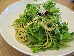 arugula basil and anchovy pasta. ルッコラ、バジル、アンチョビ・パスタ.