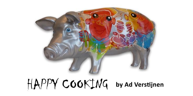 Artpig Happy Cooking.  Ad kent landelijke beroemdheid en de beschilderde varkens doen dan ook niet onder voor de Ad verstijnen zeefdrukken. De varkens worden gekarateriseerd door een krachtig handschrift en een sterk sprekend kleur gebruik. Er onstaan op  deze manier stabiele composities, niet van humor gespeend. Deze variant is voorzien van kleurrijke Chef koks die koken houden.