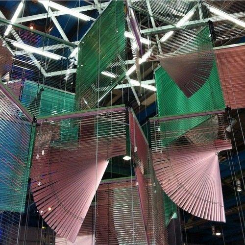 La obra suspende aproximadamente 166 láminas rosas y verdes, que dan forman al laberinto de persianas. La silenciosa instalación cobra voz con cuatro ensayos de vídeos que pueden verse en el sótano: Video Trilogy (2004-2006) y Halves – Events with Nameless Neighbors (2009).