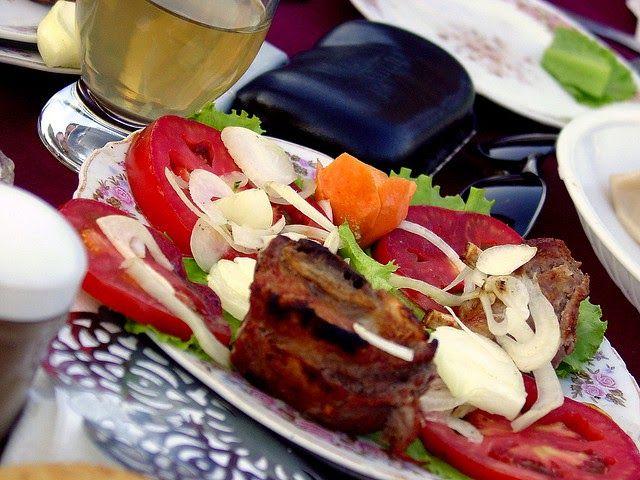 Recette de Mtsvadi, brochettes d'agneau, shish kebab barbecue (Georgie, Ukraine). Ces délicieuses brochettes de viande marinée sont cuisinées à partir d'agneau, boeuf, de porc, de volaille. La marinade varie selon les régions. Les kebabs sont grillés avec des oignons, parfois des poivrons, accompagnés de bons légumes frais de saison et ou de pommes de terre sautées, de sauce aux prunes ou de chutney aux tomates et poivrons.