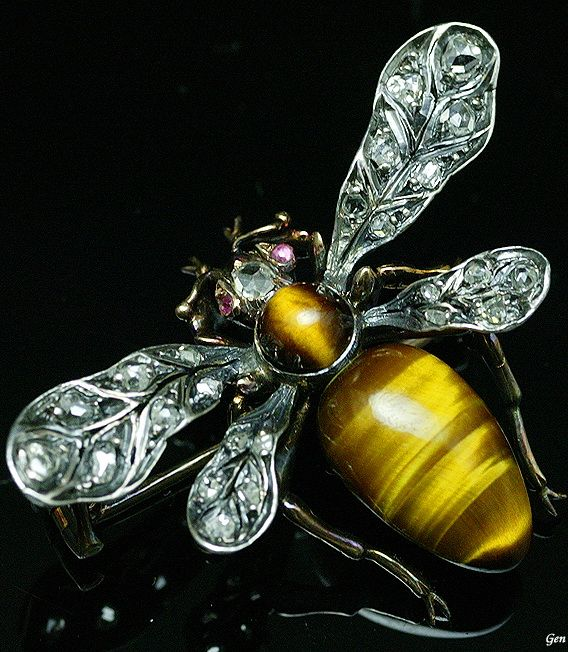 [ Bee brooch ] France late 19th century Tiger Eye ( tiger eye stone ) , rose-cut diamond , ruby , gold & silver 2,7cm × 3,7cm weight 7,3g With original case