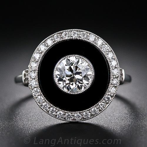 Un anillo dramática estilo Art Deco, magníficamente elaborado en platino y centrado con un hermoso, vintage 0,85 quilates Europeo de corte de diamante y con contraste de ónix negro y un halo de diamantes brillantes blanco - un clásico combo Art Deco. Esta dinámica medidas Dazzler apenas por debajo de 5/8 pulgada de ancho.