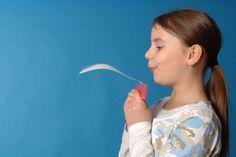 Experimente für Kinder: Warum fliegt ein Flugzeug? Wegen des Auftriebs! Der Auftrieb ist schwer zu verstehen. Probieren Sie es doch einfach mit Ihrem Kind gemeinsam aus. Der Versuch mit Lineal und Papier erklärt den Auftrieb bei Flugobjekten durch Sog und Unterdruck.