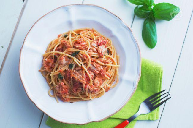 Un piatto di pasta facile e veloce, gli spaghetti al tonno sono un salva cena ideale per una spaghettata tra amici, un piatto base che piace sempre!