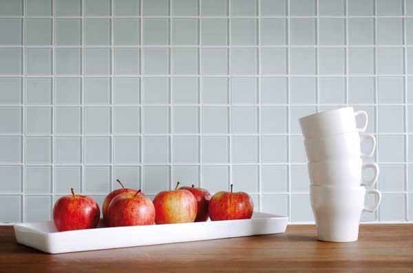 Alternativ till glasskiva. Färgad glasmosaik med vit fog