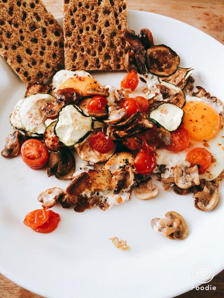Gebakken ei Metabolic Balance Eerst champignons in de pan bakken. Daarna twee eieren in de pan doen met tomaatjes en ik deed de courgette chips (die ik eerder maakte) erbij. Lekker met nog wat peper.