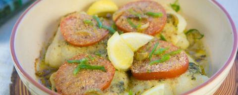 Pescado al horno con albahaca, tomate y aceitunas verdes