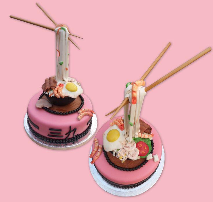 Noodle gravity defying cake - Bami met stokjes taart