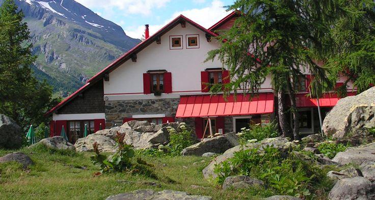 RIFUGIO GERLI PORRO - Il rifugio sorge al limite settentrionale della piccola piana dell'Alpe Ventina a 1960 m.