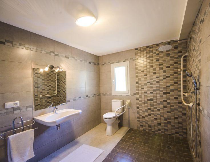 Villa Xenofilia VI - Aangepaste badkamer op de benedenverdieping met instapdouche,  onderrijdbare wastafel en toiletbeugels