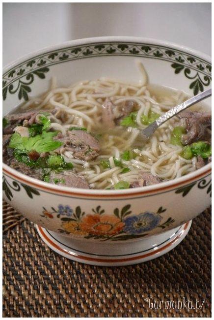 silný hovězí vývar s nudlemi, vietnamská polévka PHO BO