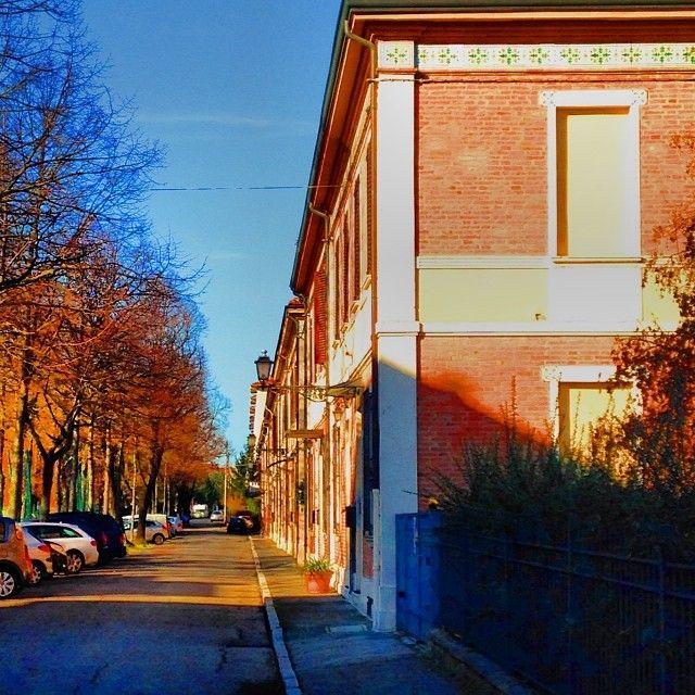 Via Bucci, case fatte per i lavoratori della Coop Ceramica hanno davanti il campo di calcio della Casa del Fanciullo (Foto Caprara)