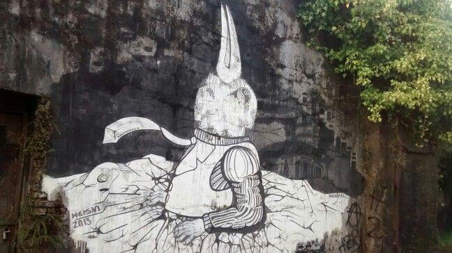 Arte callejero en rincón olvidado de la ciudad cautivando a los que saben buscar en sus calles