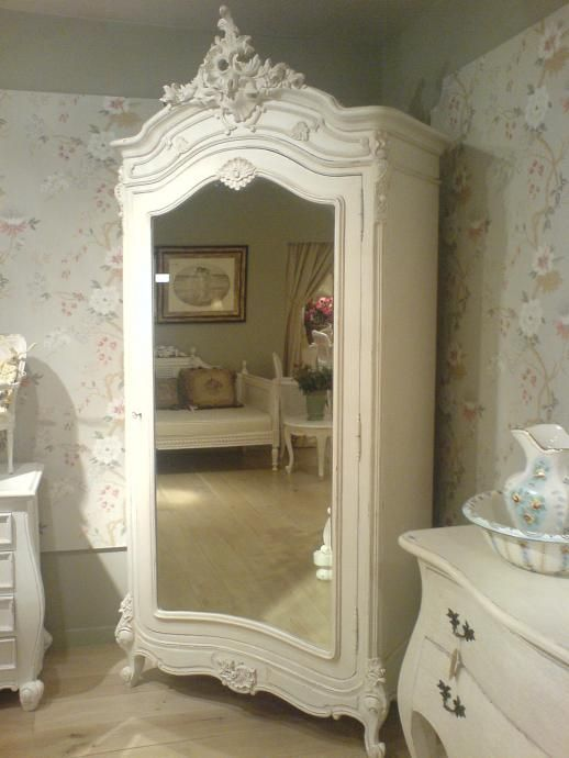 french armoire in white romantisch wohnen sch ne h user und feminin. Black Bedroom Furniture Sets. Home Design Ideas
