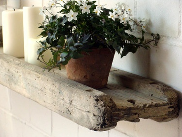 Wandregal aus Holz