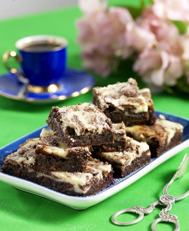 Kladdkaka och cheesecake ligger högt på topplistan och kan man få båda sorterna i en och samma kaka så är förstås lyckan total!